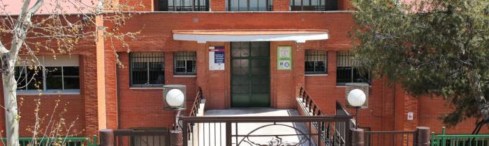 Entrada exterior del IES Leonardo da Vinci de Puertollano - C/ Fernando El Santo, 86